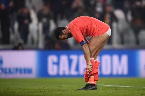 Sau khi ném găng tay lên khán đài cho CĐV, thủ thành Juve cởi nốt quần