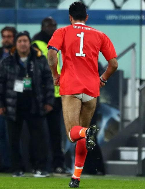 Thủ môn Italy hứa tặng áo cho Ivan Rakitic trước trận.
