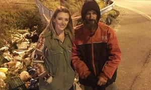 Cho một phụ nữ 20 USD đổ xăng, người vô gia cư nhận lại hơn 100.000 USD