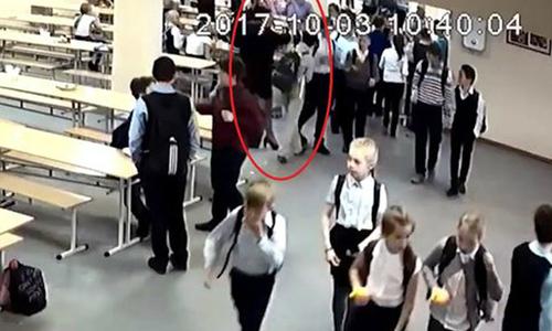 Nghi học trò lấy trộm cam của bạn, cô giáo cho ăn tát