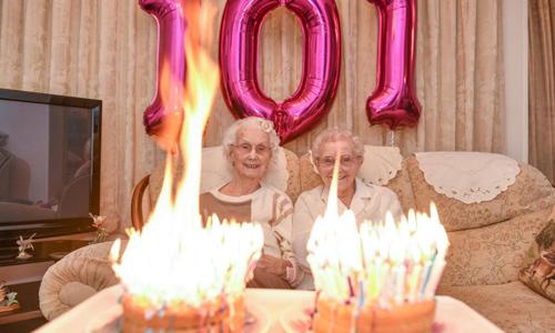 Hai cụ sinh đôi suýt làm cháy nhà vì cắm 202 ngọn nến mừng sinh nhật