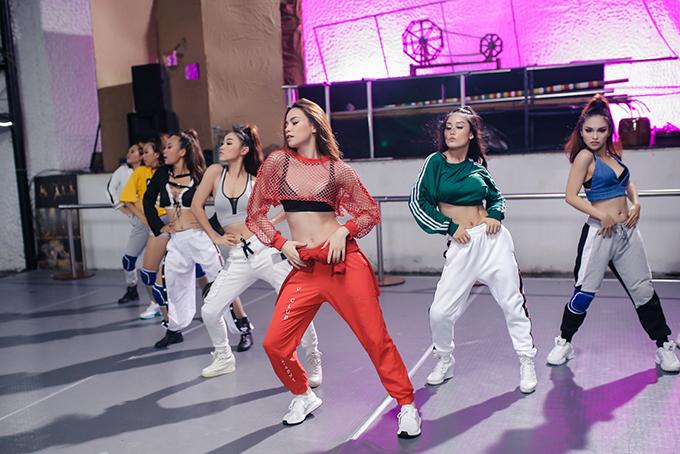 ho-ngoc-ha-khoe-vong-2-san-chac-vu-dao-dieu-luyen-trong-mv-dance-8