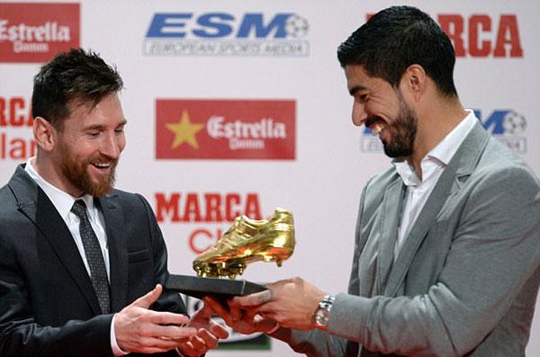Suarez, chủ nhân của danh hiệu Chiếc giày vàng mùa giải 2015-2016, trao giải cho đồng đội.