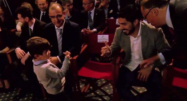 Trước đó, Thiago có màn chào hỏi đập tay hài hước với Suarez.
