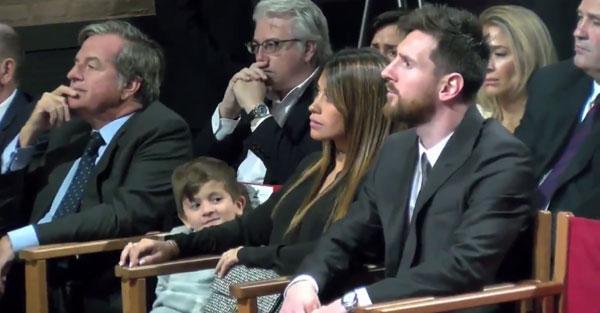 Con trai đầu lòng của tiền đạo Barca có vẻ rất thích trêu Suarez.