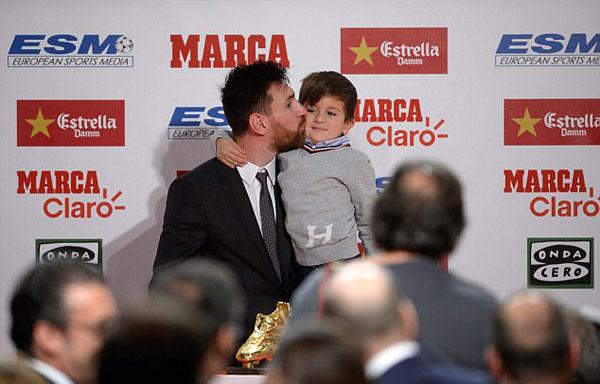 Messi thơm má con trai
