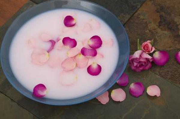 Hoà vài cánh hoa hồng vào sữa tươi khônng đường rồi lấy bông cotton thấm lên môi vài lần.