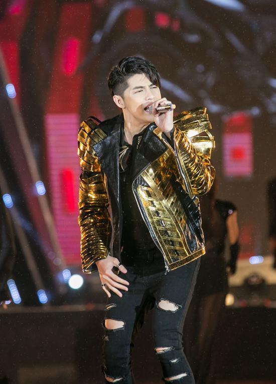rocker-nguyen-bat-ngo-hon-tay-lan-khue-tren-san-khau-6