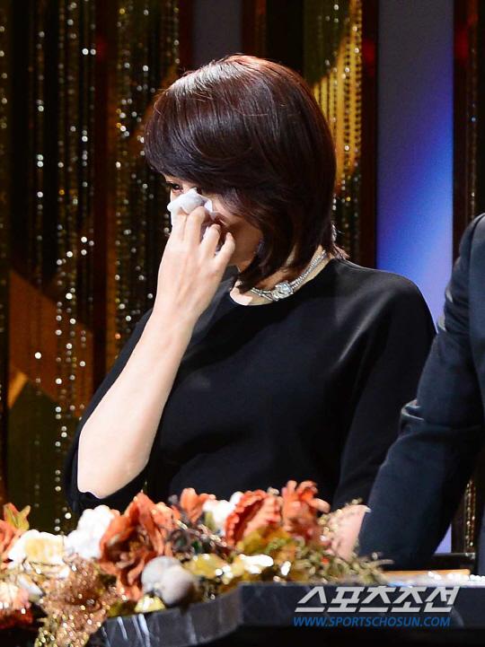 kim-hye-soo-khoc-nghen-ngao-tai-le-trao-giai-rong-xanh-1
