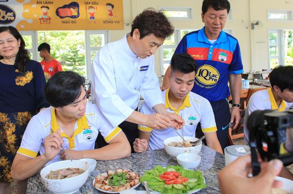 Ông Ko Tae Hun  chuyên gia dinh dưỡng đến từ Hàn Quốc đang cùng GĐKT Chung và các cầu thủ Công Phượng, Văn Thanh trong bữa ăn