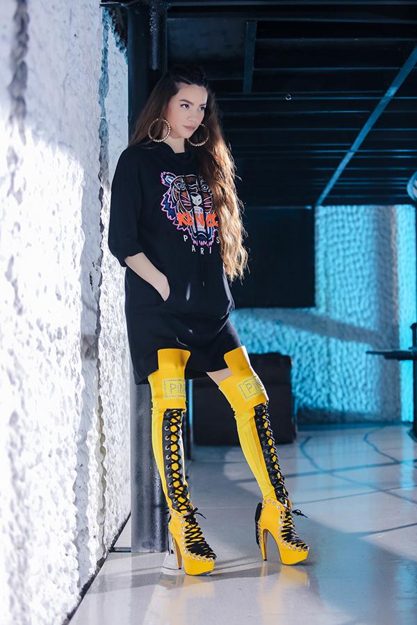 ho-ngoc-ha-lang-xe-thoi-trang-streetwear-trong-mv-moi-1