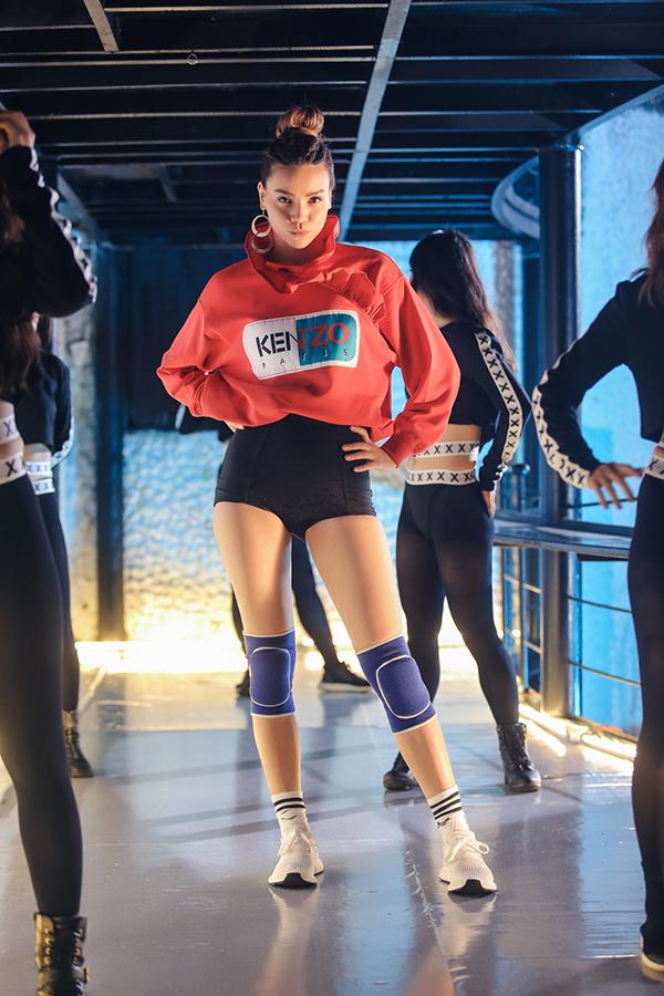 ho-ngoc-ha-lang-xe-thoi-trang-streetwear-trong-mv-moi-3