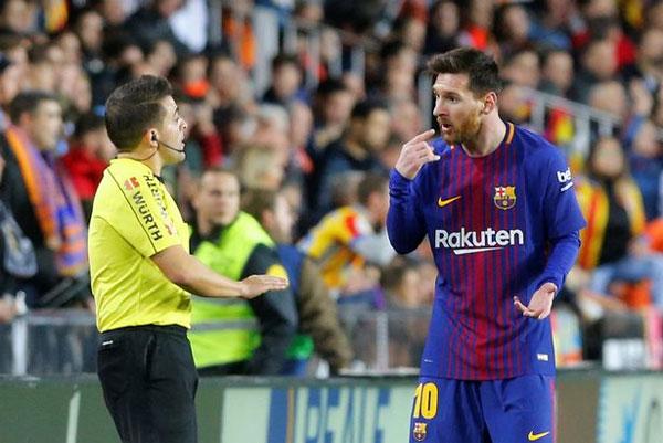 Messi bức xúc tranh cãi với trọng tài về bàn thắng hợp lệ bị từ chối.