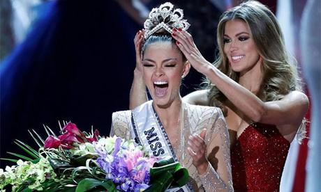 Khoảnh khắc đăng quang Miss Universe 2017