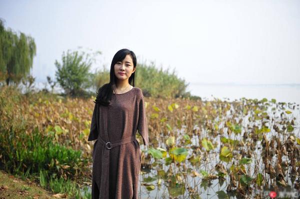 co-gai-tre-khong-tay-noi-tieng-nho-livestream-moi-ngay