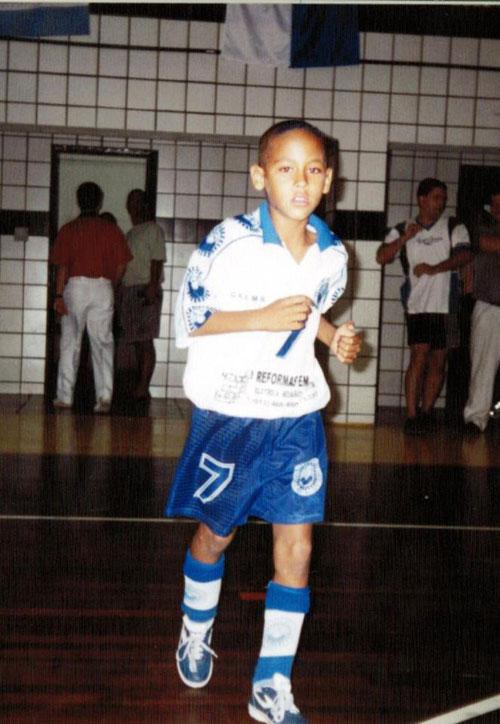 Tài năng của Neymar rèn giũa trong bóng đá đường phố và trên sân futsal. Ảnh: Sun.