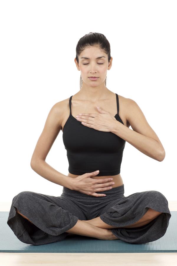 Để cảm nhận rõ hơn luồng không khí ra vào cơ thể, bạn có thể đặt một tay lên ngực, một tay lên bụng.