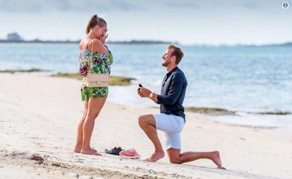 Harry Kane cầu hôn bạn gái Kate Goodland trên bờ cát