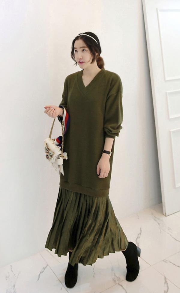 Váy len dáng over size ngoài việc kết hợp với short để mang lại nét trẻ trung còn có thể kết hợp cùng chân váy midi để giúp người mặc dịu dàng hơn.