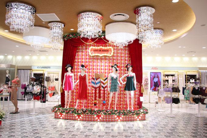 Khu trưng bày quần áo cũng được thiết kế độc đáo.