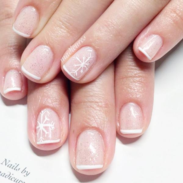 Kiểu vẽ móng Pháp kết hợp với nhũ và họa tiết bông tuyết điểm xuyết ở ngón áp út