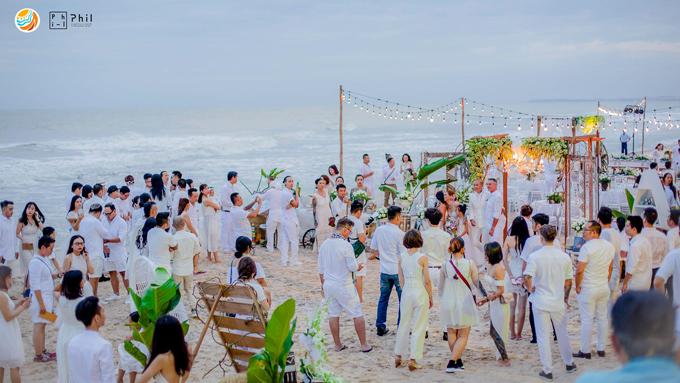 Toàn bộ khách mời bữa tiệc đều yêu cầu dresscode màu trắng tạo nên một khung hình cực kỳ lãng mạn bên bờ biển