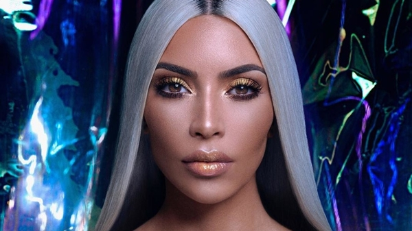 Kim cũng gợi ý cách trang điểm mắt và môi sử dụng nhũ màu vàng đồng.