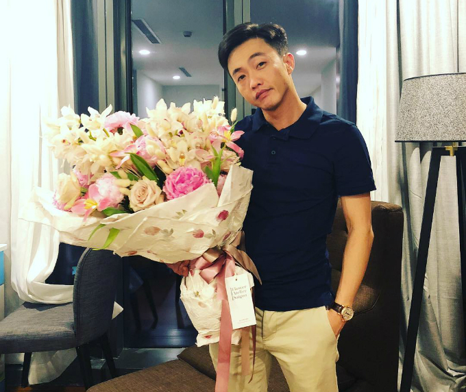 Đàm Thu Trang lần đầu công khai đăng ảnh Cường Đôla như khẳng định mối quan hệ của hai người. Thiếu gia phố núi dành tặng bó hoa lớn nhân ngày sinh nhật cô.