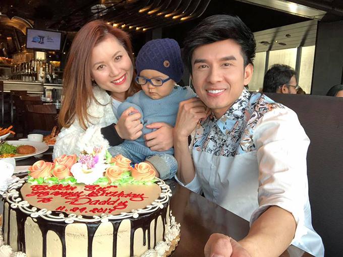Đan Trường hạnh phúc trong ngày sinh nhật tuổi 41 bên vợ và con trai.