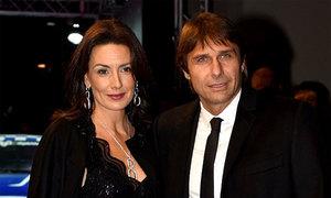 HLV Conte bị vợ 'đấm' vì không mua quà sinh nhật