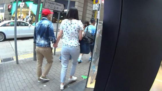 Vợ chồng Chân Tử Đan - Uông Thi Thi nắm tay nhau rất tình cảm khi hòa vào dòng người trên phố. Kết hôn hơn 10 năm, có hai con đủ nếp đủ tẻ, cuộc sống của vợ chồng ngôi sao Diệp Vấn rất hạnh phúc.