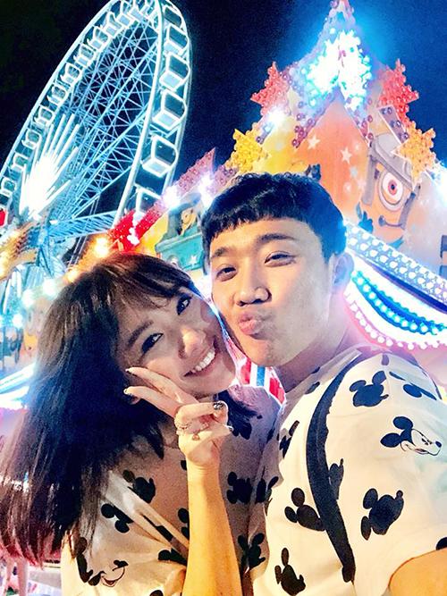 Vợ chồng Hari - Trấn Thành diện đồ đôi trong chuyến du lịch ngọt ngào tới Thái Lan.