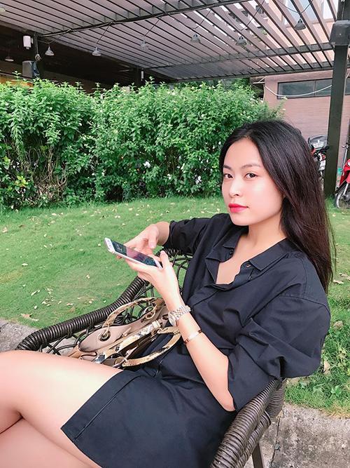 Hoàng Thuỳ Linh thảnh thơi uống trà chiều cùng bạn bè.
