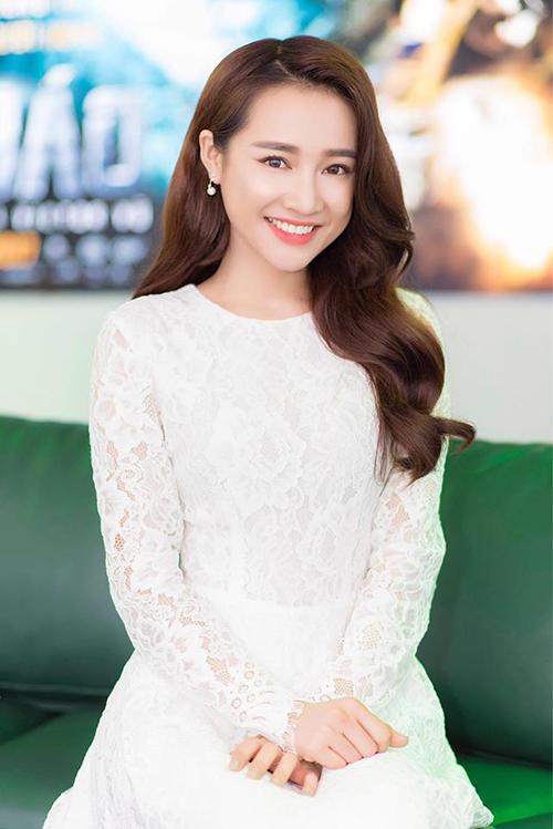 Nhã Phương dịu dàng, thuần khiết khi khoác lên mình bộ váy trắng đơn giản. Cô gửi lời chúc ngày cuối tuần vui vẻ đến độc giả.