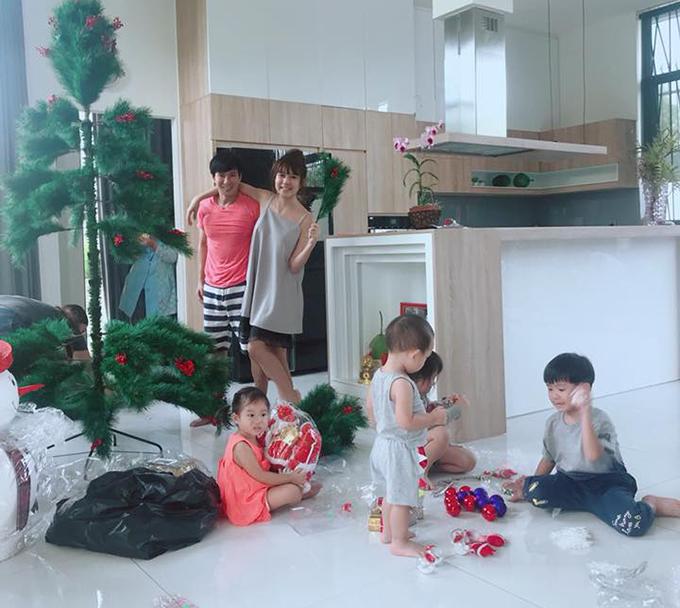 Gia đình Lý Hải - Minh Hà cùng các con rục rịch trang trí cây thông Noel chuẩn bị cho mùa Giáng sinh.