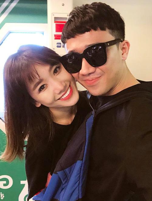Trấn Thành đăng ảnh tình cảm bên vợ để động viên Hari trong buổi họp fan tới.