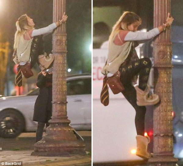 Để lưu lại chút kỷ niệm ở Paris hoa lệ, con gái nhà Jackson quyết định trèo lên cột điện để bạn của mình chụp ảnh. Vài tuần trước, vì hành động thè lưỡi liếm cửa kính vàtrợn mắt với cánh paparazzi, Paris đã được gán cho biệt danh Wacko Jacko 2.0.