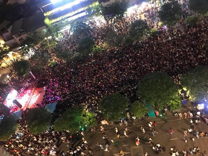 Sân khấu đêm nhạc của Mỹ Tâm nhìn từ trên cao xuống. Ảnh: Nguyễn Văn Tây