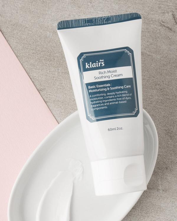 Klairs Rich Moist Soothing Cream Kem dưỡng ẩm chứa ceramide, dầu jojoba, bơ hạt mỡ, lipidure... giúp dưỡng ẩm sâu, phục hồi da khô, hư tổn.