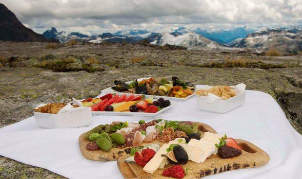 Trực thăng cá nhân, Sonora Resort, British Columbia, Canada: Du khách đến Sonora Resort có cơ hội được khám phá những đỉnh núi phủ đầy tuyết trắng hay những hòn đảo băng giá dọc theo bờ biển British Columbia thông qua một chuyến du lịch trực thăng riêng được resort cung cấp. Với chi phí khoảng 3.900 USD cho một giờ và 5.600 USD cho 2,5 giờ, tour du lịch này sẽ đưa du khách đến các địa điểm có cảnh quan ngoạn mục ít được nhìn thấy. Ngoài ra, du khách còn được thưởng thức bữa ăn dã ngoại tại một đỉnh núi cao với cảnh quan tuyệt đẹp.