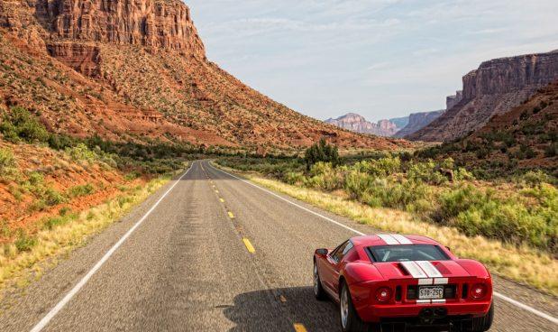 Lái xe thể thao tại Gateway Canyons Resort and Spa, Gateway, Colorado, Mỹ: Với dịch vụ Driven Experiences tại Gateway Canyons Resort , du khách có thể ra ngoài cùng một trong những chiếc xe thể thao tại khách sạn, bao gồm Porsche 911 Carrera Coupe, Mercedes-Benz SL550 và Ford Mustang Shelby GT. Trước khi giao xe, du khách sẽ được các hướng dẫn viên dày dặn kinh nghiệm tại đây hướng dẫn và huấn luyện về các kỹ năng cần thiết. Để trải nghiệm dịch vụ này, du khách cần chi trả khoảng 150 USD cho 4 giờ.