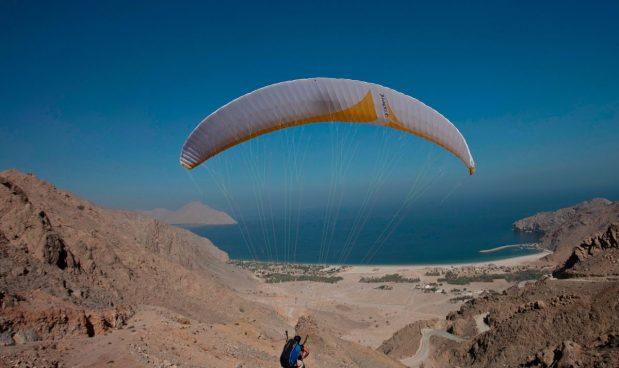 Nhảy dù ở Six Senses Zighy Bay, Dibba-Musandam, Oman: Tại Six Senses Zighy Bay, dịch vụ nhảy dù chuyên nghiệp của khách sạn mang đến cho du khách cơ hội ngắm nhìn toàn cảnh vịnh Zighy từ đỉnh núi có độ cao gần 300 m. Phí dịch vụ là khoảng 180 USD một người.
