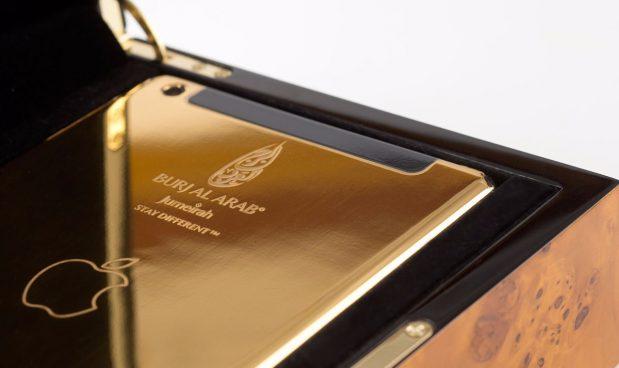 iPads vàng 24 cara, Burj Al Arab Jumeirah, Dubai, UAE: Burj Al Arab Jumeirah ở Dubai được biết đến là một trong những khách sạn sang trọng nhất thế giới với nhiều dịch vụ xa hoa. Một trong những tiện nghi của khách sạn là việc du khách được sử dụng iPad vàng 24 cara. IPad được cung cấp cho mỗi khách khi đến nhận phòng và lập trình sẵn quyền truy cập vào tất cả dịch vụ, thông tin của khách sạn.