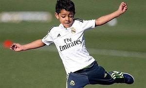 C. Ronaldo tự hào khoe tuyệt phẩm sút phạt của con trai