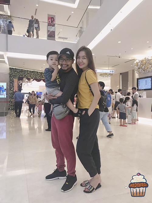 Vợ chồng Huỳnh Đông - Ái Châu đưa bé Happy tới trung tâm thương mại chơi cuối tuần.