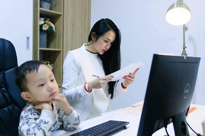 Bé Su Hào nhà Tuấn Hưng đăm chiêu như người lớn trên bàn làm việc của mẹ.