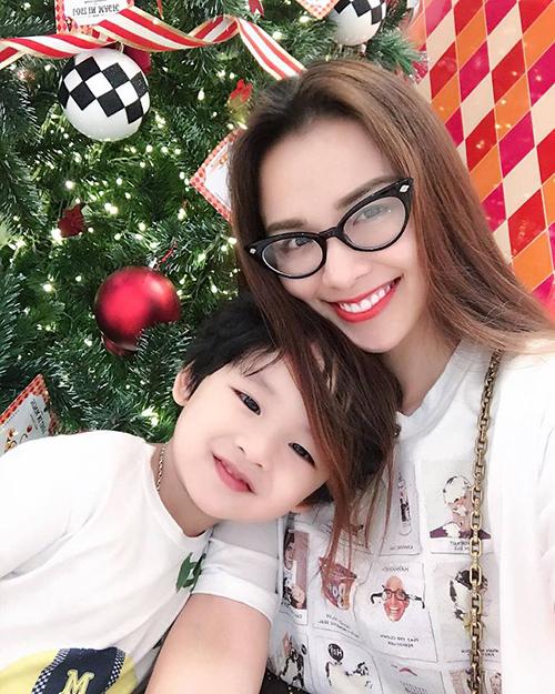Diễm Hương hạnh phúc bên con trai: Giáng sinh đến rồi , bao nỗi niềm chưa trọn vẹn , chúng ta hãy tạm gác qua hay chậm rãi giải quyết. Hãy yêu thương người mình thương yêu , hãy xinh tươi cho chính bản thân mình . Vì bởi Noel là mùa ấm áp nhất trong năm. Con trai tôi đó - người đàn ông sẽ mãi yêu thương tôi.