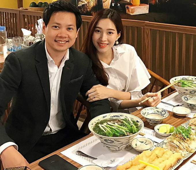 Hoa hậu Thu Thảo cùng ông xã đi ăn tối, hai người thưởng thức món phở trong một nhà hàng ở Hà Nội.