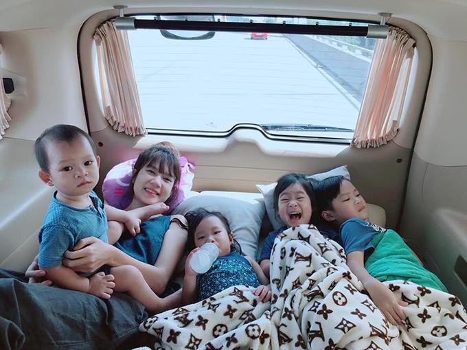 Gia đình Lý Hải Minh Hà đưa các con đi chơi xa. Các bé thích thú khi được nằm xe giường nằm.