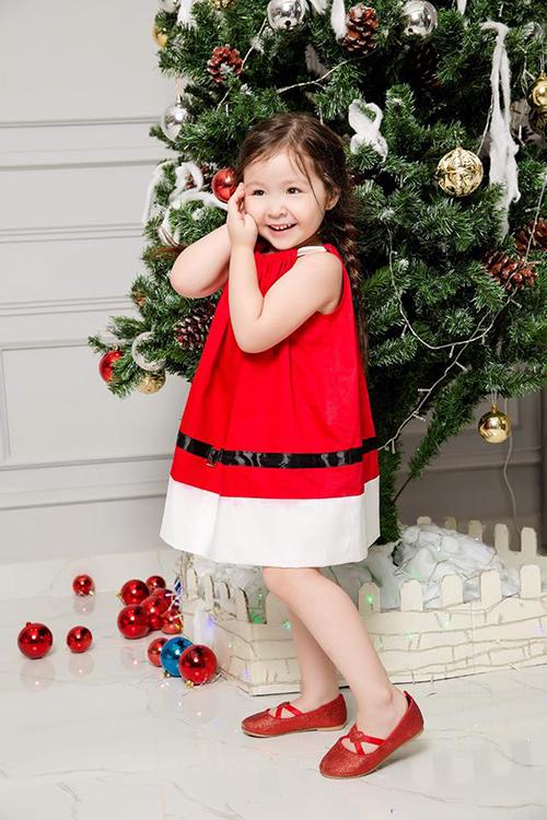 Cadie nhà Elly Trần tạo dáng điệu đà với trang phục Giáng sinh bên cây thông Noel.